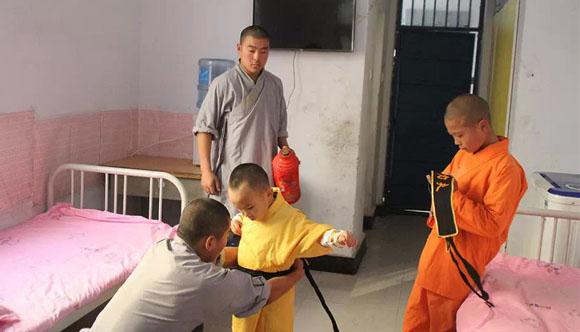 嵩山少林寺武术学校武僧照顾学生的起居