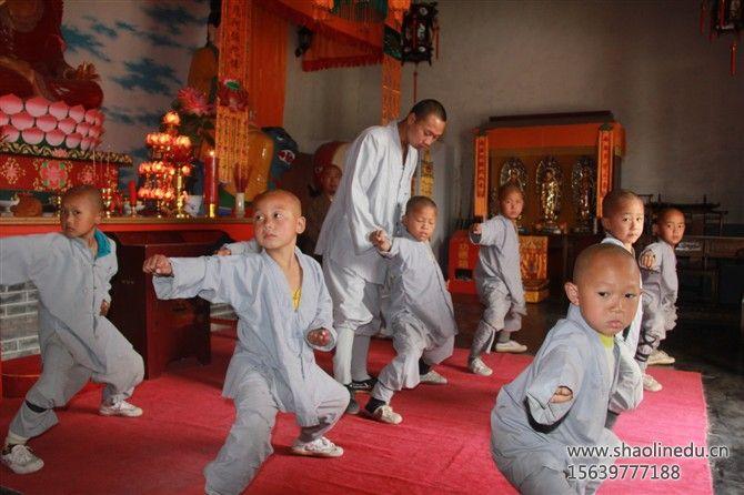 少林寺武术学校学生练习基本功