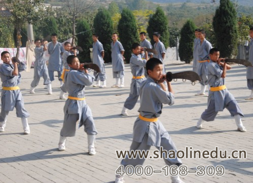 嵩山少林寺武术学校学生兵器的练习