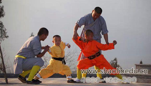嵩山少林寺武术学校武僧一对一指导学生练武