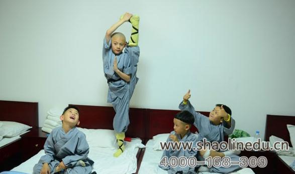 少林武术学校学生一起在宿舍玩耍