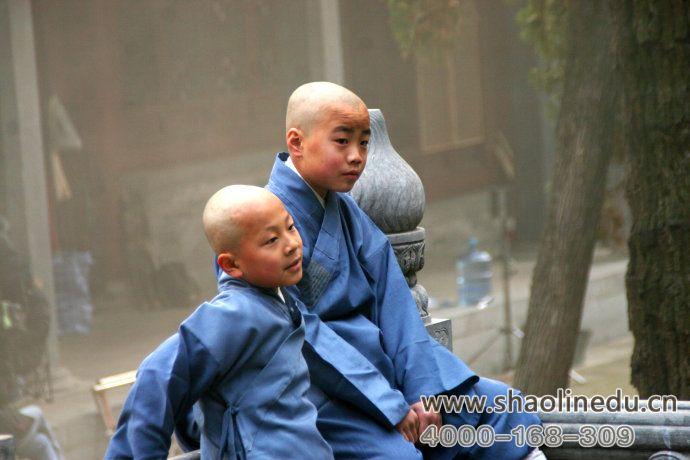 少林武术学校学生一起玩耍