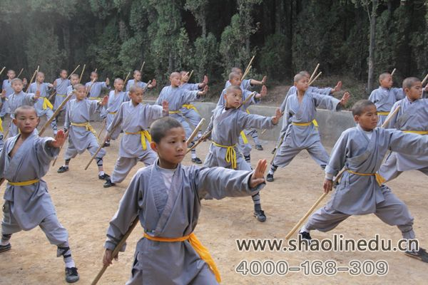 少林寺武校中学生学员练习