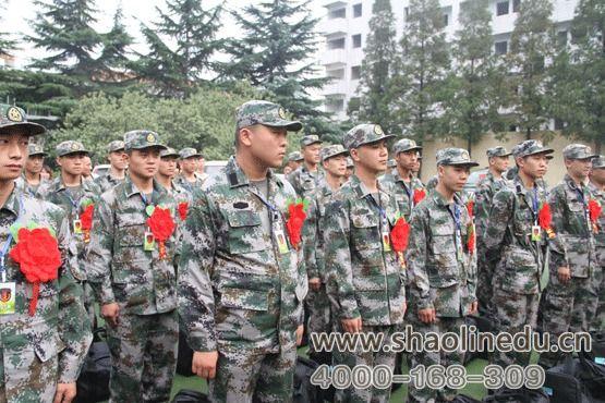 少林寺武术学校的学员参加参军仪式