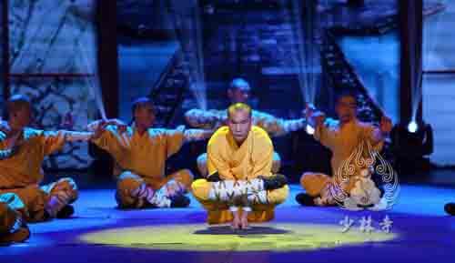 少林寺武术学校学员在练武术