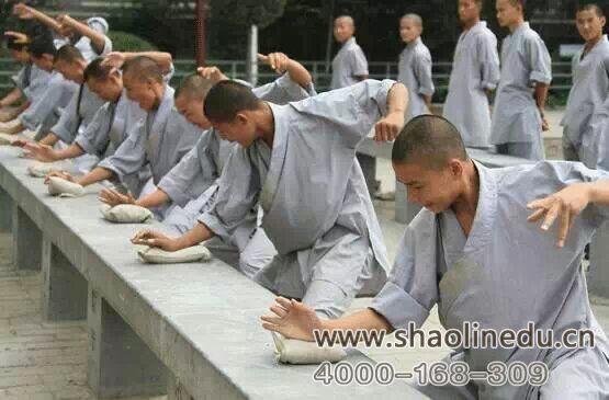 少林寺武术学校的学员在练习武术