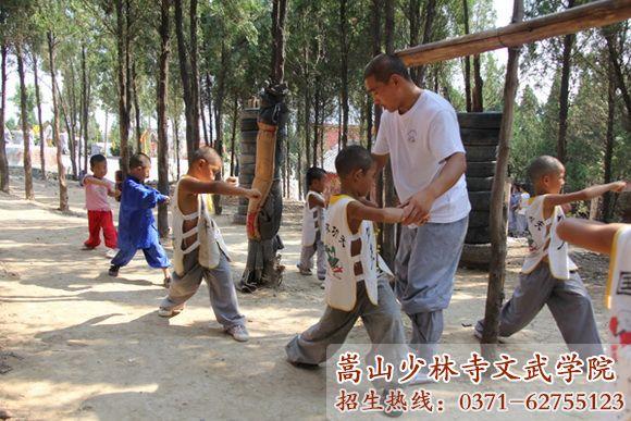 河南少林寺武术学校老师指导学员