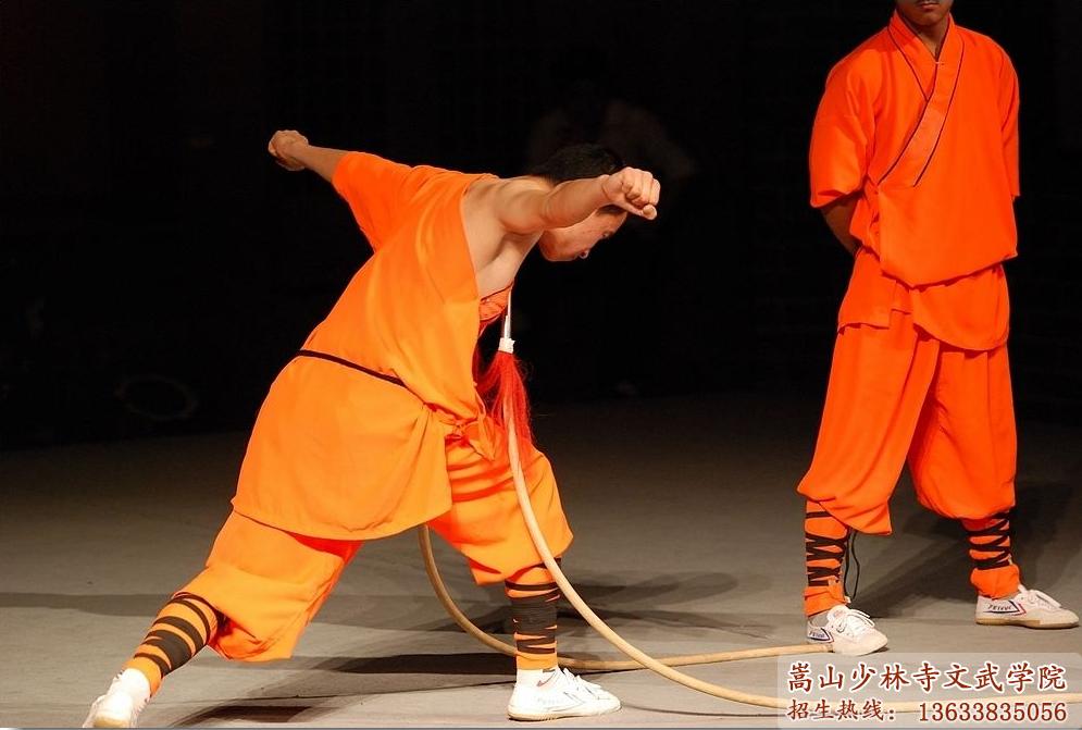 少林武校的学员在表演武术