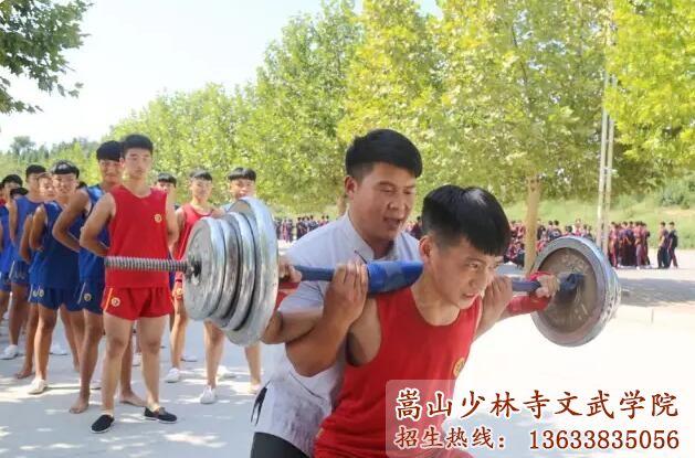 少林武校的教练在帮助学员训练