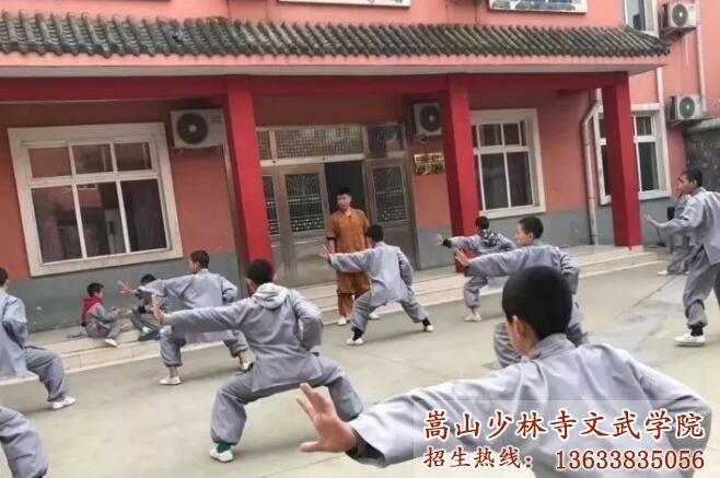 嵩山少林寺文武学校的学员在习武