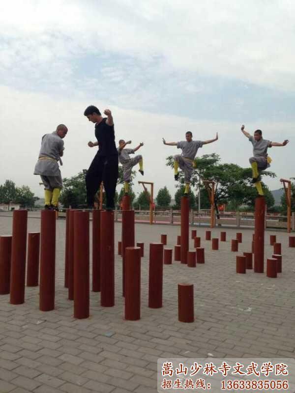 河南少林寺武校的学员在木桩上训练武术