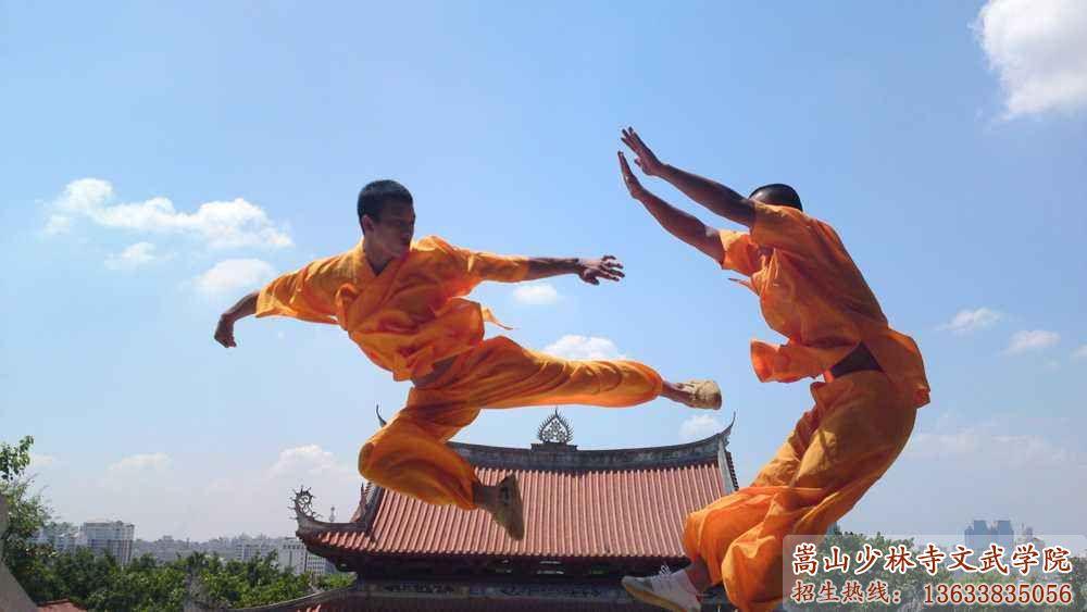 河南少林寺武校的学员在训练武术
