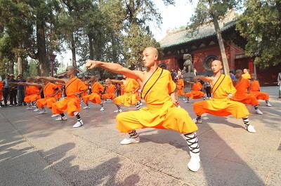 嵩山少林寺武术学校的学员在认真训练武术
