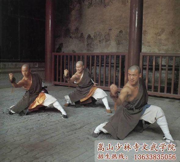 少林寺武校学员在练武