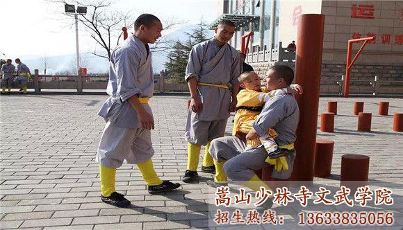 嵩山少林武术学院的教练在安慰想家的孩子