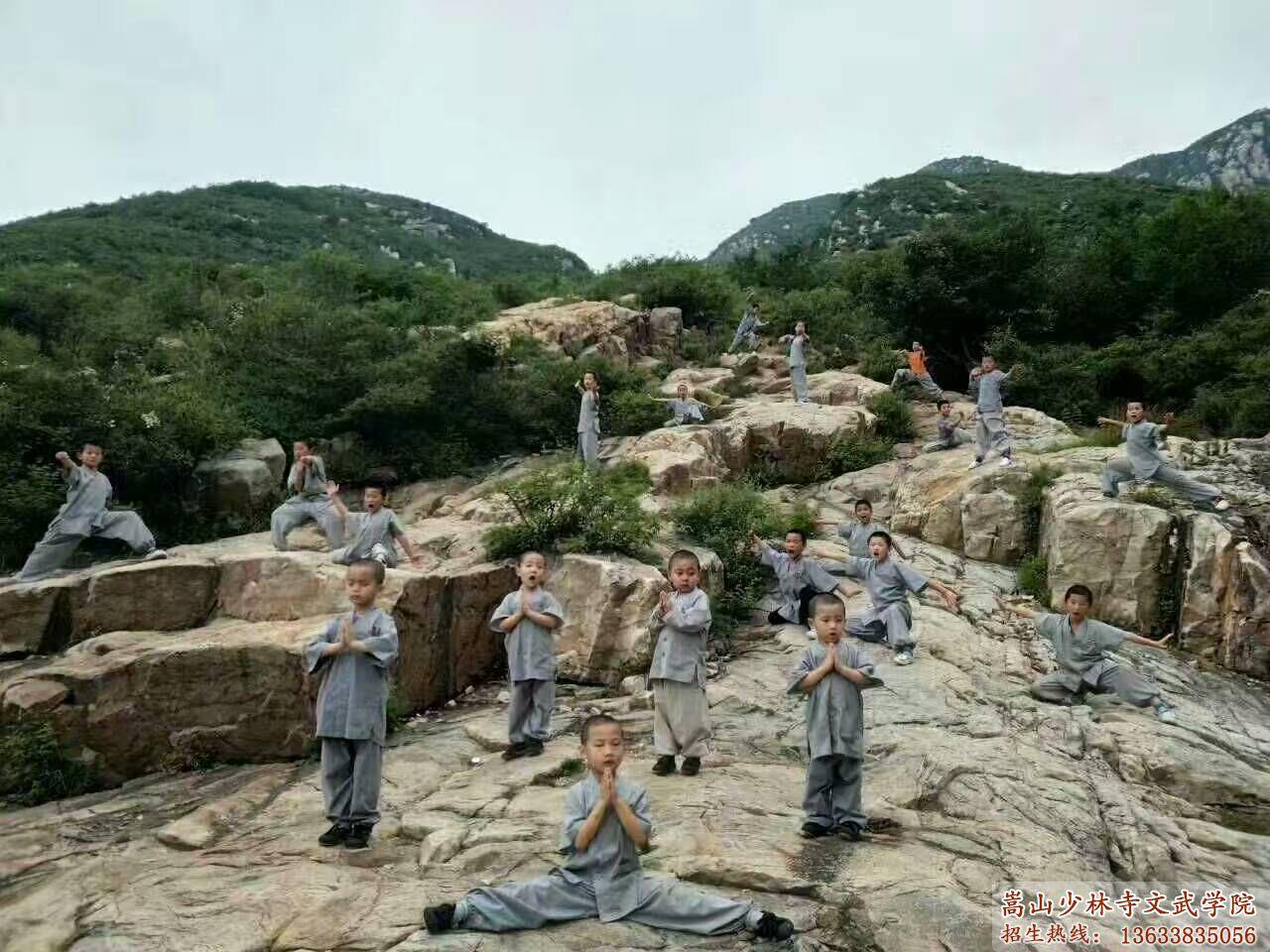 少林文武学校的学员在后山习武