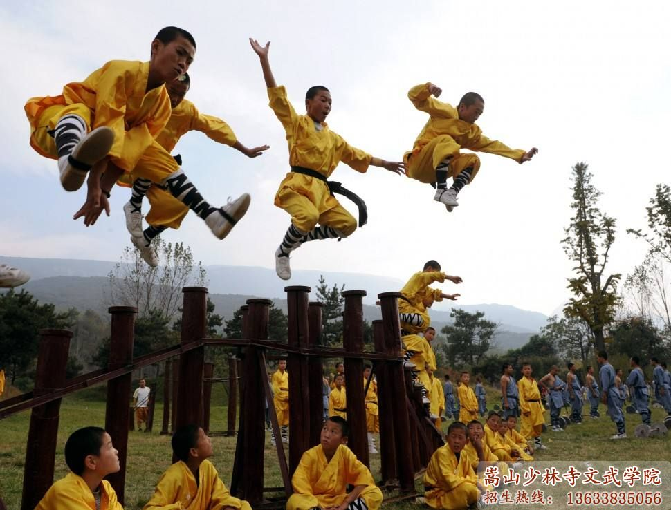 少林寺文武学校的学员在辛苦训练