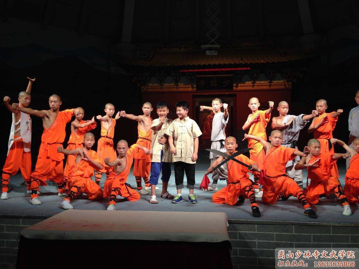 少林寺武术学校的学员在舞台上表演