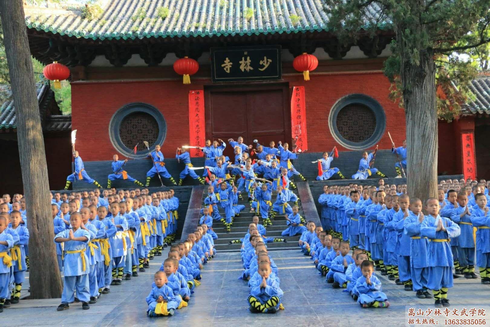 少林文武学校的学员在寺外训练武术