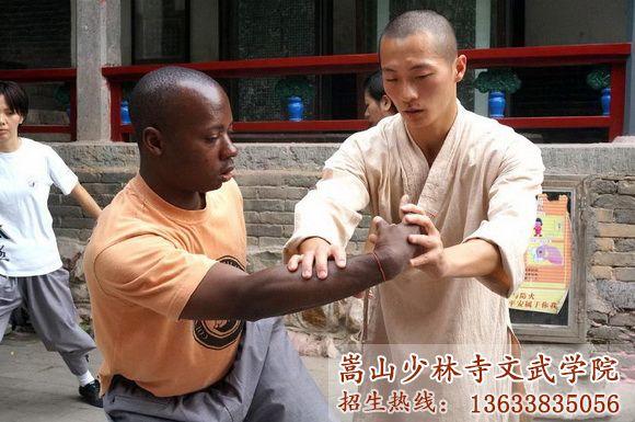 洋弟子在少林寺武术学校习武