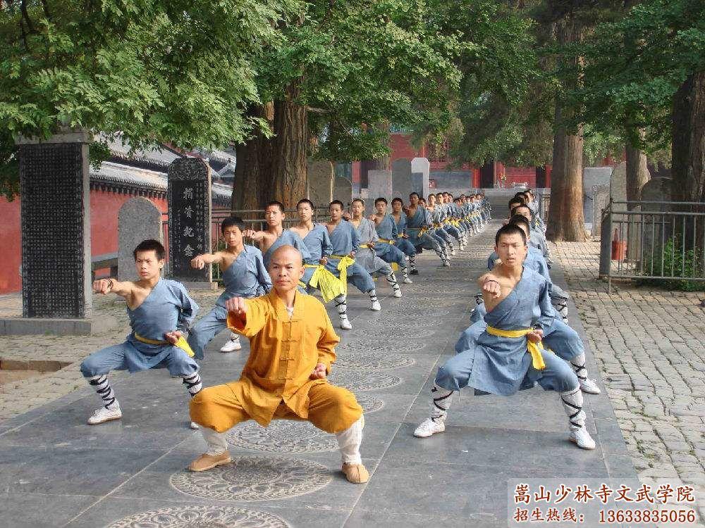 少林寺武校的走廊上学员在训练