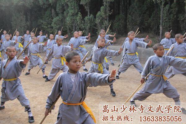 少林寺武校的学员在练功