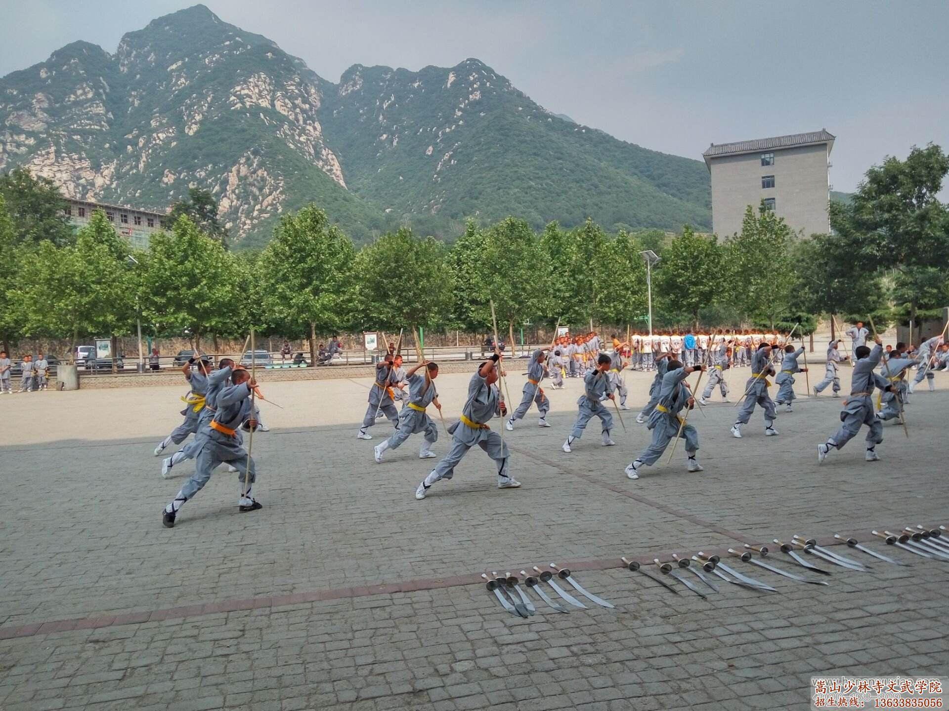 河南少林寺武校的学员在习武