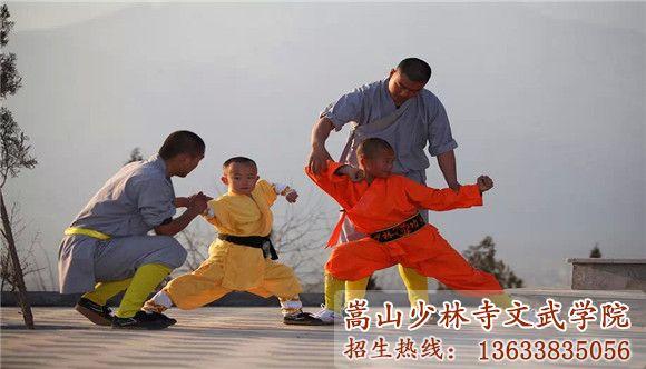 嵩山少林寺武校的教练在指导学员动作