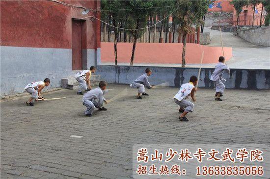 少林寺武校的学员在上武术课
