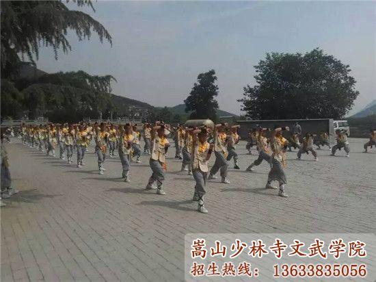 嵩山少林寺武校的学生在训练