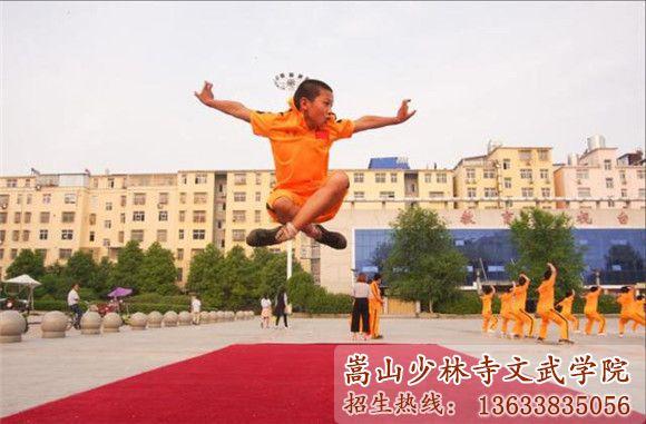 少林寺武术学校的学生在表演武术