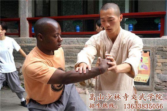 嵩山少林寺武术学校的学员有外国友人在习武