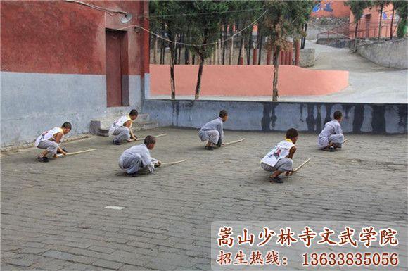 少林寺武术学校的学员在训练武术基础