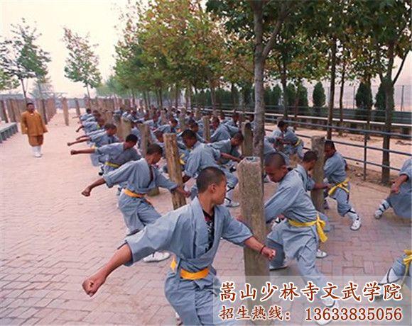 少林寺武校的学生在练习臂力