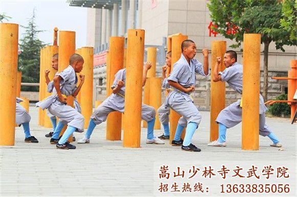 河南少林寺武校的学员在训练木桩