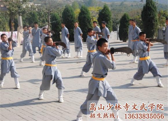 少林寺文武学校的学生在习武