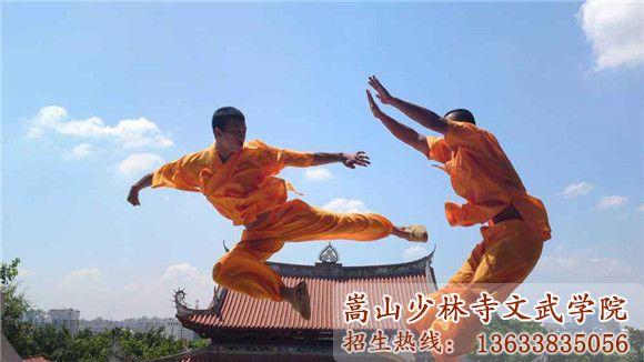 少林寺武校学员在练武术