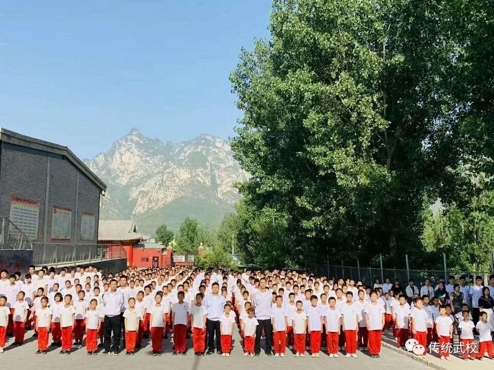 嵩山少林寺武术学校的学生在训练