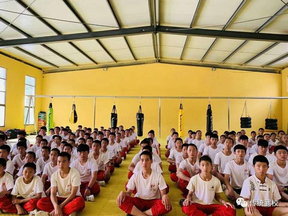 嵩山少林寺武校的女学员在进行武术训练