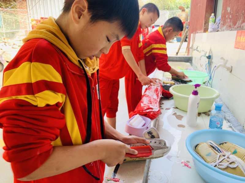 少林寺武术学校的女生在全校面前表演武术