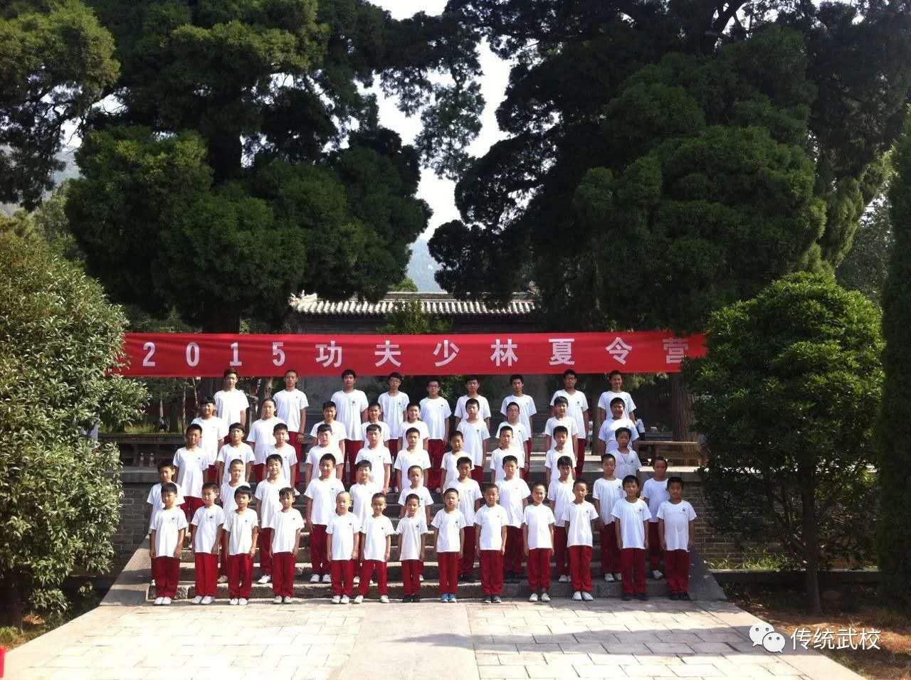 少林寺武术学校的教练在指导学员武术