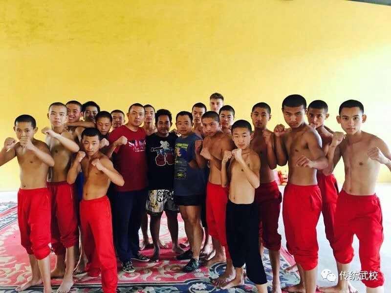 嵩山少林寺武校的小学员在训练武术