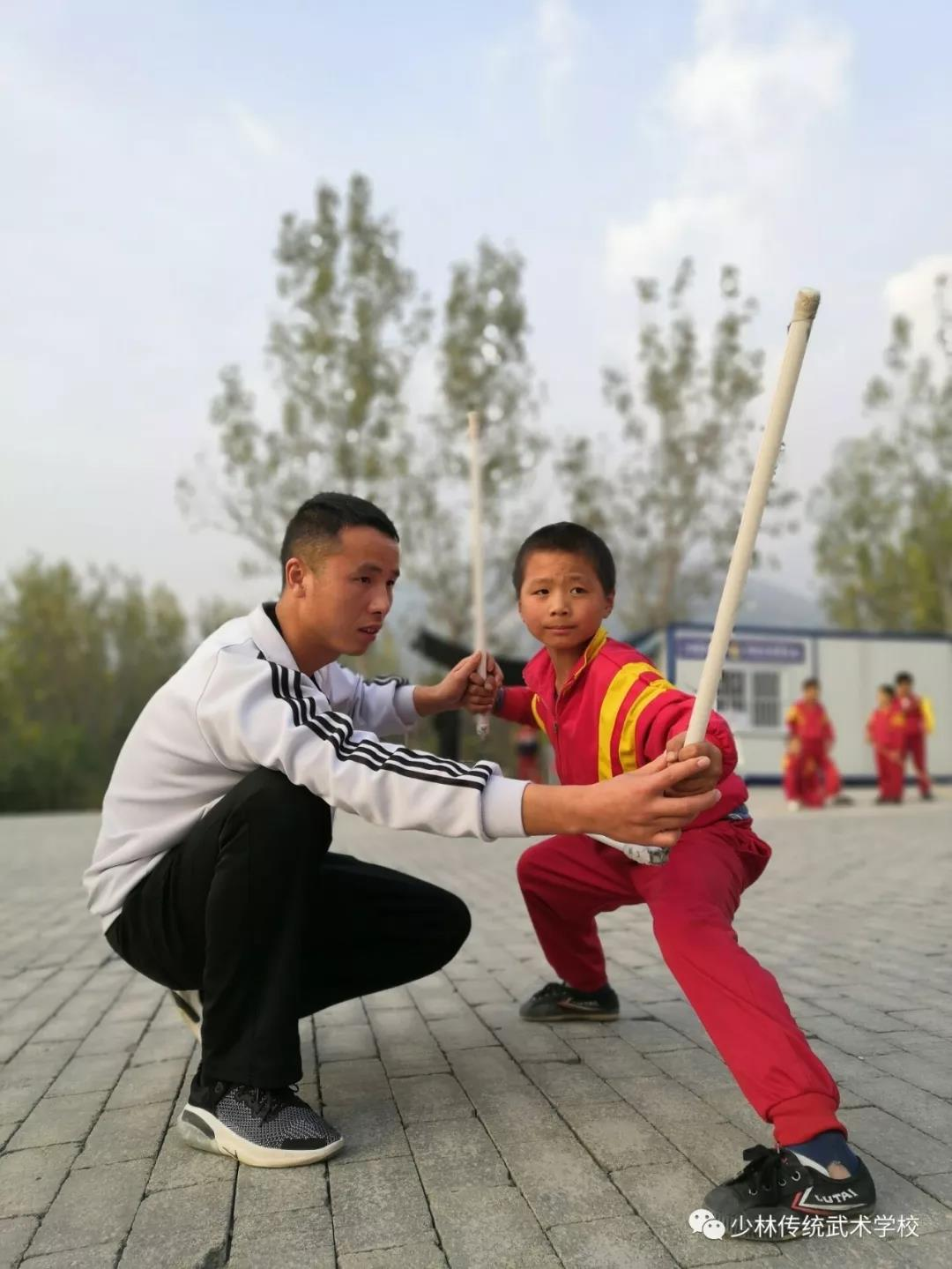 河南少林寺学校的学员在训练武术