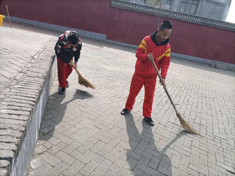 少林寺武校的学员在习武