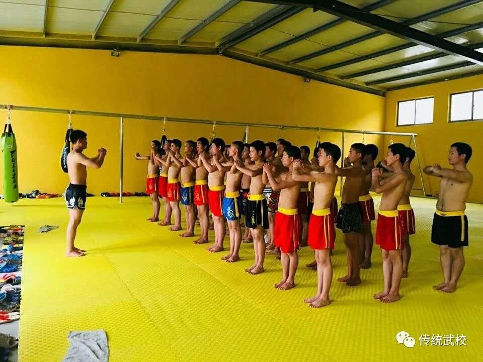 嵩山少林寺武校的学员在后山训练