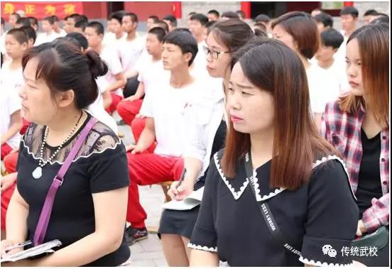 少林寺武校的学员在训练武术