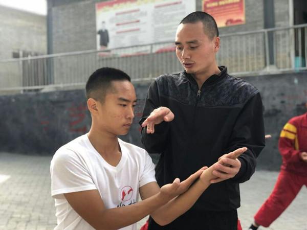 嵩山少林寺武术学校的小学员在训练武术