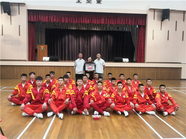 少林寺武术学校的学员在表演