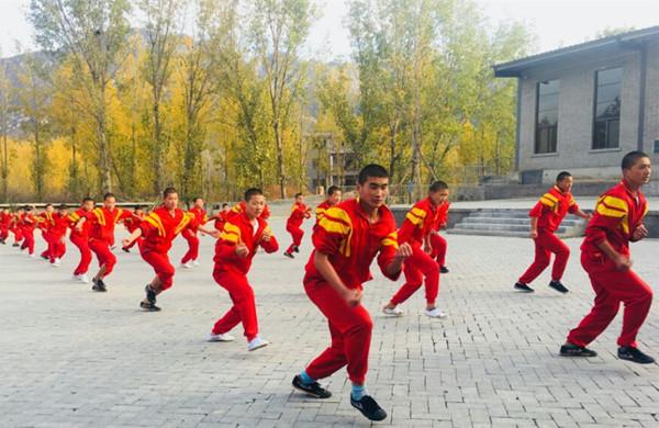 嵩山少林武校的学员在训练武术