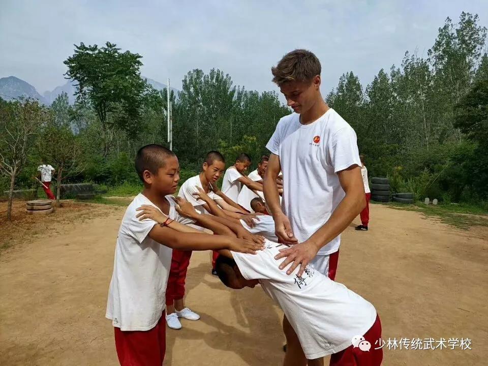 少林寺武术学校的学员在做基本功